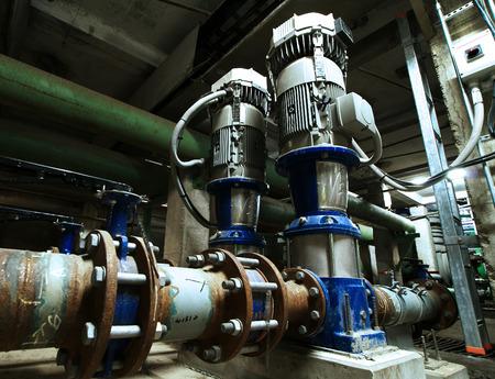 turbina de vapor: bombas, cables y tuberías que se encuentran dentro de la planta de energía industrial