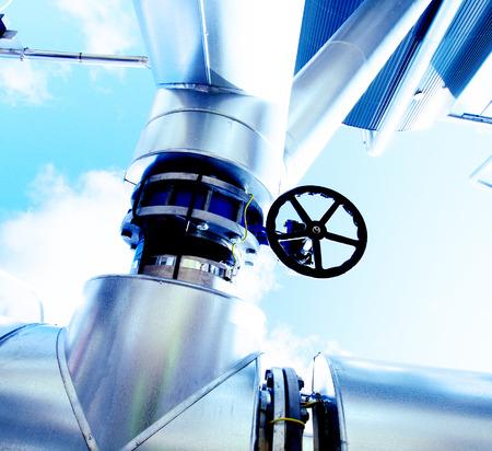bomba de agua: Zona industrial, tuber?as de acero en tonos azules