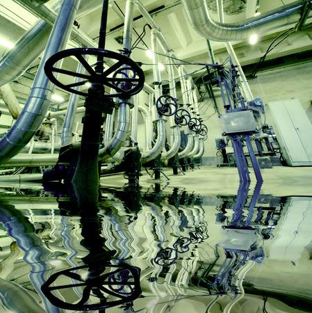 caños de agua: Zona industrial, tuberías de acero y el equipo con la reflexión Foto de archivo