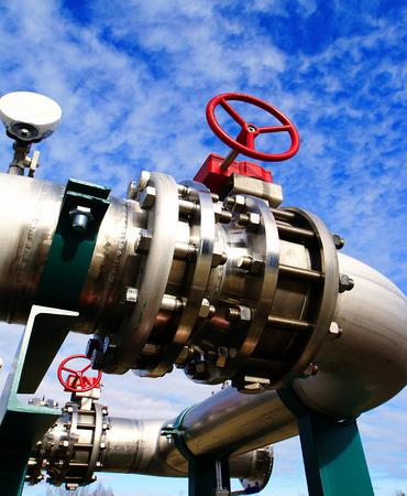 siderurgia: Zona industrial, tuberías de acero y válvulas contra el cielo azul