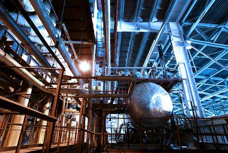 electricidad industrial: Zona industrial, tuberías de acero y cables en tonos azules