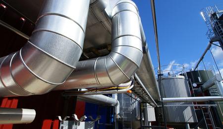 turbina de vapor: tuberías industriales en la cañería de puente contra el cielo azul  Foto de archivo