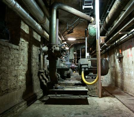 turbina de vapor: Tubos, cables y equipos en una central eléctrica Foto de archivo