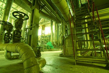 bomba de agua: Equipos, cables y tuberías que se encuentran dentro de una moderna planta industrial