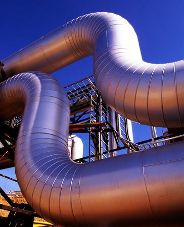 aguas residuales: Tuberías de acero de zona industrial al atardecer Foto de archivo