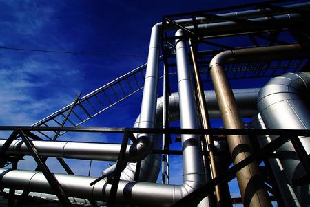 turbina de vapor: Tuberías, pernos, válvulas contra un cielo azul en tonos de azules