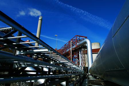 turbina de vapor: Tubos, chimenea en una central eléctrica