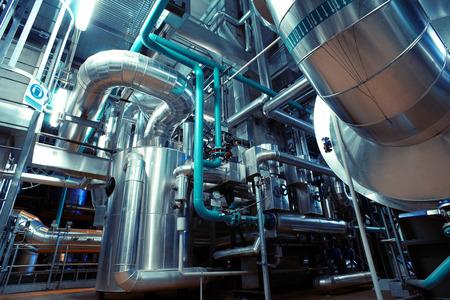 industriales: Equipos, cables y tuber�as que se encuentran en el interior de una planta de potencia industrial moderna
