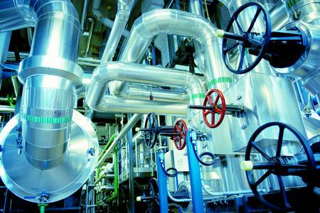 Equipos, cables y tuberías que se encuentran en el interior de una planta de potencia industrial moderna