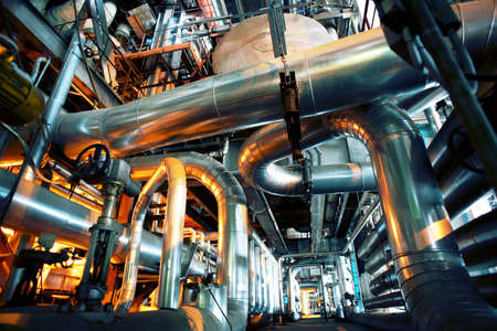 soldadura: Equipo, cables y tuberías como en el interior de una moderna planta de energía industrial  Foto de archivo