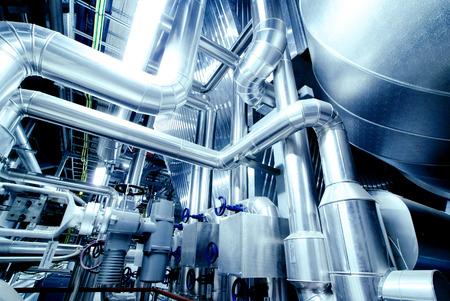 siderurgia: Equipo, cables y tuberías como en el interior de una moderna planta de energía industrial  Foto de archivo