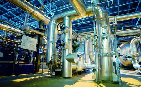 bomba de gasolina: Equipo, cables y tuberías como en el interior de una moderna planta de energía industrial  Foto de archivo