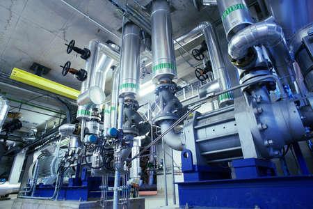 industriales: Equipo, cables y tuber�as como en el interior de una moderna planta de energ�a industrial  Foto de archivo