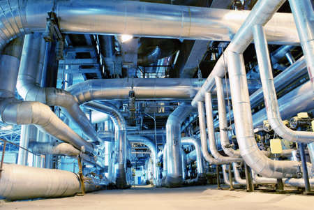 cañerías: Equipo, cables y tuberías como en el interior de una moderna planta de energía industrial  Foto de archivo