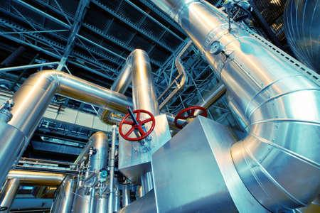 industria petroquimica: Equipo, cables y tuberías que se encuentran dentro de una central eléctrica industrial