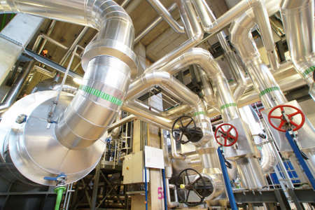 kraftwerk: Geräte, Kabel und Leitungen wie in einer Industrie-Kraftwerk