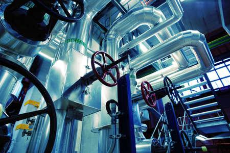 aguas residuales: Equipo, cables y tuber�as que se encuentran dentro de una central el�ctrica industrial