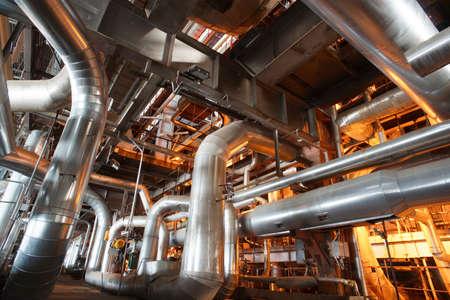 industria petroquimica: Equipo, cables y tuberías como en el interior de una moderna planta de energía industrial  Editorial