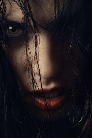 heks: Close-up portret van vrouw-heks met natte haren