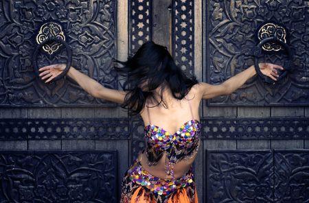 bailarinas arabes: Fotos de las ni�as en ropa nacional �rabe a la antigua puerta  Foto de archivo