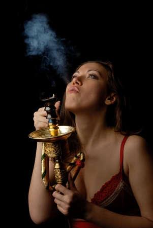 adverso: Foto de la bella modelo conseguir una explosi�n de fumar kalian
