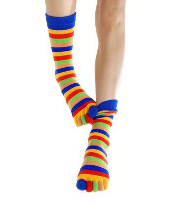 beenderige: Dunne benen in gekleurde sokken krassen elkaar
