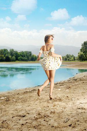 nifty: Handige barefoot vrouw lopen in de buurt van de laky in de zomer  Stockfoto
