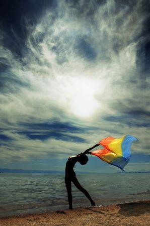 nifty: Nifty vrouw dansen op het strand tijdens zonsondergang