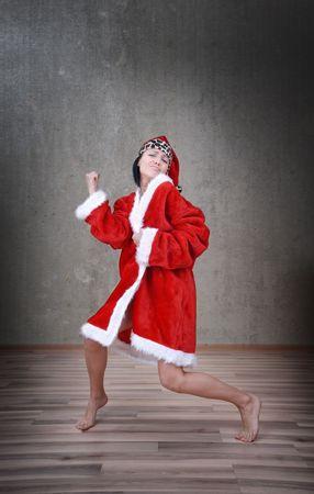 pere noel sexy: Happy danse la femme dans le costume rouge de Santa Claus Banque d'images