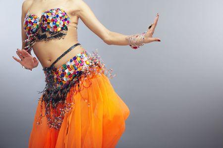 bailes de salsa: Mover el torso de la mujer bailando la danza del vientre Foto de archivo