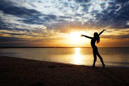 nifty: Prachtige zonsondergang en elegante dame te oefenen
