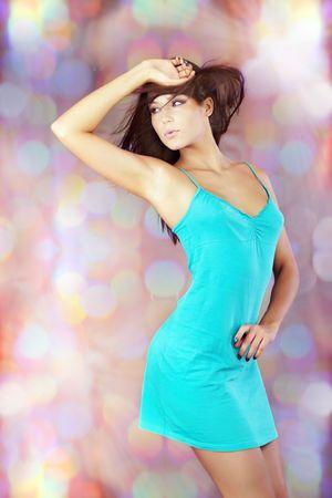 nifty: Jonge brunette dansen op een disco achtergrond Stockfoto
