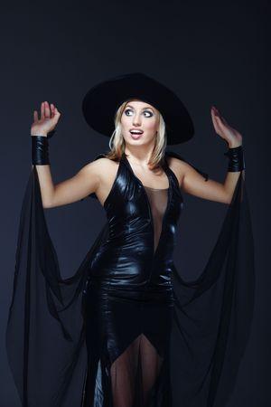 beldam: Bella signora in costume da strega su uno sfondo scuro Archivio Fotografico