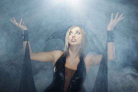 beldam: Bella signora in abito da strega in studio con il fumo pesante per Halloween Archivio Fotografico