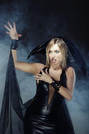 beldam: Strega di Halloween in fumo pesante Archivio Fotografico