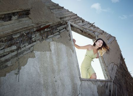 nifty: Lady in de oude huis uit het venster glancing