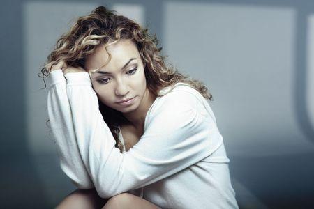 solter�a: Sad dama en el interior de Am�rica antes de sombras Foto de archivo