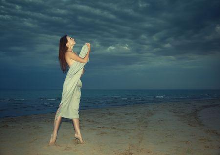 nifty: Handige dame vallende hand doek staande op het nacht strand