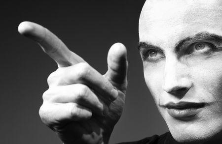 hand crank: Dedo que apunta locas funnyman enojado. Foto blanco y negro. Oscuridad art�stica agregado  Foto de archivo