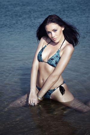Hermosa dama en bikini con cuerpo perfecto relajante en el agua  Foto de archivo - 7511055