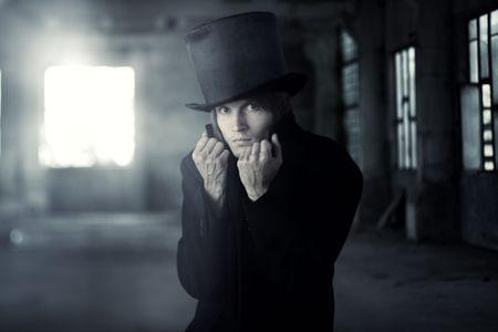 arroganza: Uomo cattivo nel mantello nero e cappello. Colori artistici e granulosit� aggiunta