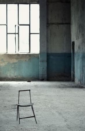 oneness: Una sedia in interni vecchio vuota. Croce-processo effetto aggiunto. Poca profondit� di campo aggiunto per vista naturale