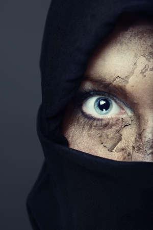 quemado: Cara la mitad de los humanos en una capucha negra con piel da�ada. Colores art�sticas y pintura agregado  Foto de archivo