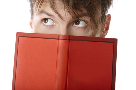 cognicion: Joven sostiene un libro rojo sobre un fondo blanco