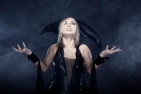 beldam: Foto All'interno della strega femminile nel fumo pesante