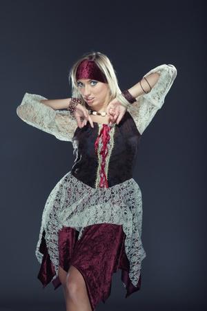 mujer pirata: Lady en traje tradicional realizar baile nacional sobre un fondo oscuro Foto de archivo