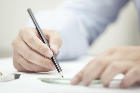 dibujo tecnico: Manos de dibujo técnico por parte de un lápiz