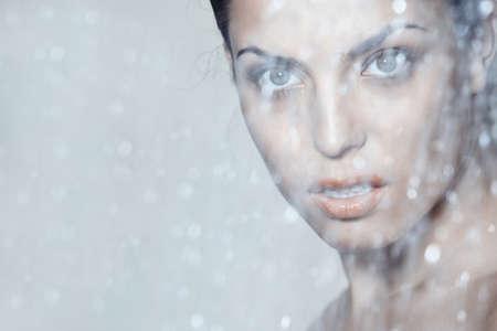 precipitacion: Atractiva dama detr�s de la ca�da del agua