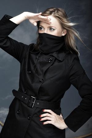 mujer pirata: Mujer pirata sobre un fondo de cielo. Foto vertical Foto de archivo