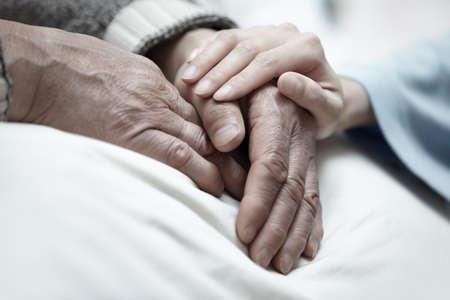 enfermeria: Mano de la mujer tocando hombre mayor en la cl�nica